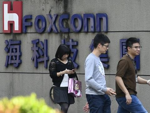 Hình minh hoạ. Người đi qua tấm biển của công ty Foxconn ở Đài Bắc hôm 31/1/2019