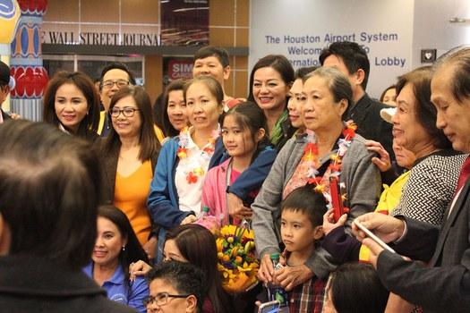 Blogger Mẹ Nấm và gia đình được đón chào tại sân bay  George Bush ở Houston, Texas, Hoa Kỳ, vào lúc 1 giờ sáng ngày 18/10/2018