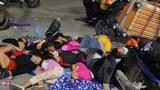 Hình minh hoạ: Những người dân rời TPHCM và Bình Dương về quê do dịch bệnh COVID-19 đang ngủ tạm trên đường