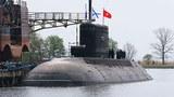 Tàu ngầm Hà Nội tại Nhà máy Admiralty Verfi trước khi được tàu vận tải Rolldock vận chuyển về cảng Cam Ranh -