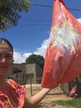 Huỳnh Thục Vy và lá cờ bị xịt sơn