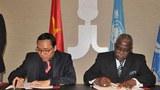 Đại sứ Việt Nam tại Italy Nguyễn Hoàng Long và ông Kanayo F. Nwanze, Chủ tịch IFAD, ký Hiệp định tài trợ 34 triệu USD cho Việt Nam