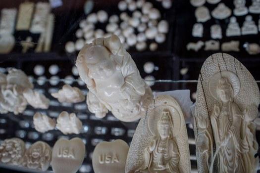 Hình chụp hôm 1/9/2018: các tượng Phật làm từ ngà voi được bán ở một cửa hiệu cho khách du lịch ở tỉnh Dak Lak