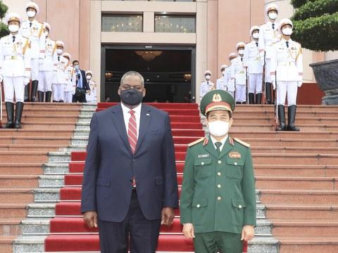Bộ trưởng Quốc phòng Mỹ Lloyd Austin và Bộ trưởng Quốc phòng VN Phan Văn Giang trong lễ đón tại Hà Nội hôm 29/7/2021