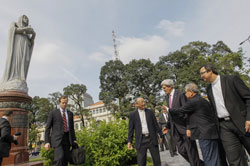 Hôm 14/12, tại Sài Gòn ngoại trưởng John Kerry đến tham dự thánh lễ tại Nhà thờ Đức Bà ở trung tâm Sài Gòn. AFP PHOTO.