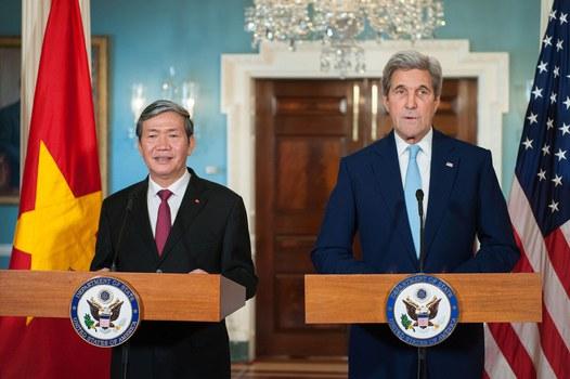 Ngoại trưởng Hoa Kỳ John Kerry (phải) và ông Đinh Thế Huynh, thường trực Ban bí thư Đảng cộng sản Việt Nam tại Washington DC ngày 25/10/2016.
