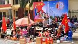 Hàng trăm người dân xã Mễ Trì lập bàn thờ giữ đường trước UBND xã.