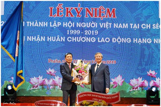 Ông Hoàng Đình Thắng, Chủ tịch Liên hiệp hội người Việt tại Châu  Âu nhận huân chương Lao động hạng nhì từ Thường trực Ban Bí thư Trần Quốc Vượng tại Praha hôm 22/10/2019