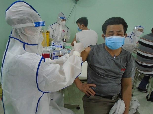 Thêm vắc-xin ngừa COVID-19 được chuyển về Việt Nam