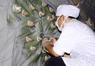 Chăm sóc chim yến con ở một cơ sở nuôi tại TP Nha Trang.