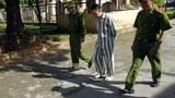 Hình minh hoạ. Công an dẫn giải một người tù được trả tự do từ trại tù Hoàng Tiến, cách Hà Nội 100 km hôm 30/8/2013