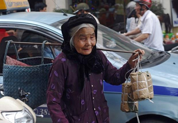 Hình minh họa: Một bà cụ bán hàng rong trên đường phố Hà Nội.