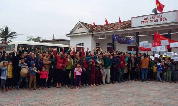 Khoảng hơn 2.000 ngư dân xã Quảng Xuân, huyện Quảng Trạch, tỉnh Quảng Bình đã biểu tình tại nhà văn hóa thôn Xuân Hòa của xã này vào sáng ngày 7/12 để phản đối quyết định đền bù thiệt hại cho người dân bị ảnh hưởng do thảm họa môi trường mà họ cho là không công bằng.