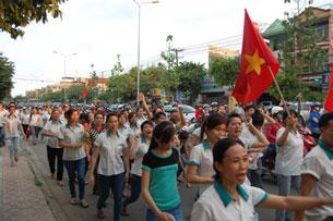 Hàng ngàn công nhân ở Đồng Nai xuống đường phản đối Trung Quốc hôm 13/5/2014.