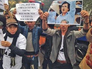 Những người ủng hộ luật sư Lê Quốc Quân tập hợp biểu tình bên ngoài toa án