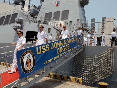 Hải quân Việt Nam thăm tàu khu trục tên lửa dẫn đường USS John S. McCain (DDG-56) vào năm 2014.