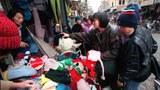 Khách hàng chen chúc ở các quầy bán áo lạnh trên đường phố Hà Nội