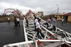 Tháp truyền hình cao 180m bị đổ vì bão Sơn Tinh ở Nam Định ngày 29 tháng 10 năm 2012. AFP PHOTO.