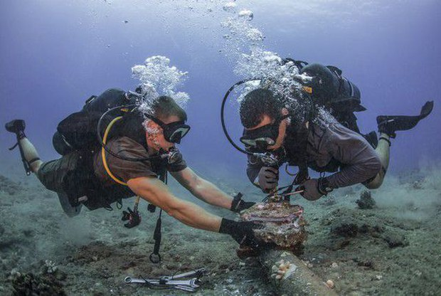 Minh họa: Sửa chữa cáp quang biển.