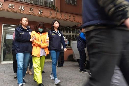 Lực lượng di trú Đài Loan hộ tống hai phụ nữ Việt Nam bị bắt, được cho là một trong số 152 người Việt Nam bị mất tích sau khi đến Đài Loan, vào một chiếc xe bên ngoài văn phòng di trú ở thành phố Tân Bắc vào ngày 28 tháng 12 năm 2018.