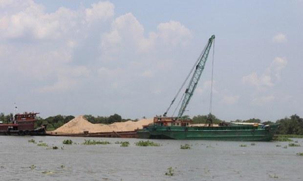 Tàu 'không số' ngang nhiên hút cát ở Phú Thọ khi không có lực lượng chức năng