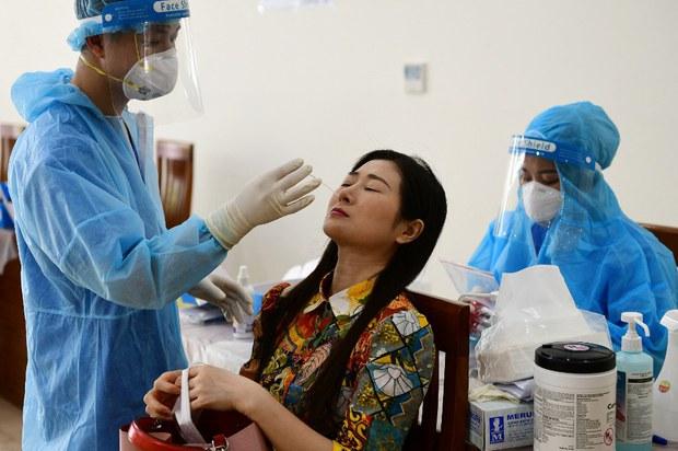 Ảnh minh họa: xét nghiệm vi-rút Covid-19 tại Hà Nội vào ngày 12 tháng 7 năm 2021.