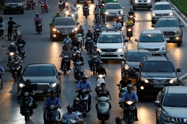 Các phương tiện tham gia giao thông trên đường phố Hà Nội.