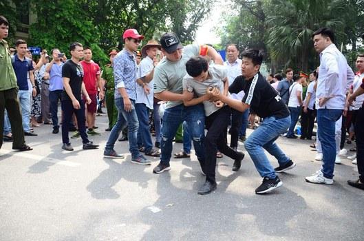 Người biểu tình ở Hà Nội bị an ninh bắt hôm 10/6/2018.