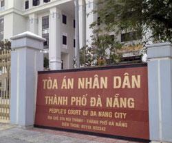 Tòa án Nhân dân TP Đà Nẵng tại 374 đường Núi Thành Quận Hải Châu Đà Nẵng nơi diễn ra phiên tòa sơ thẩm xử nhà báo, blogger Trương Duy Nhất sáng hôm 4 tháng 3 năm 2014. Courtesy Dân Làm Báo.