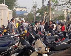 Bên ngoài Tòa án Nhân dân TP Đà Nẵng tại 374 đường Núi Thành Quận Hải Châu Đà Nẵng nơi diễn ra phiên tòa sơ thẩm xử nhà báo, blogger Trương Duy Nhất sáng hôm 4 tháng 3 năm 2014. Courtesy Dân Làm Báo.