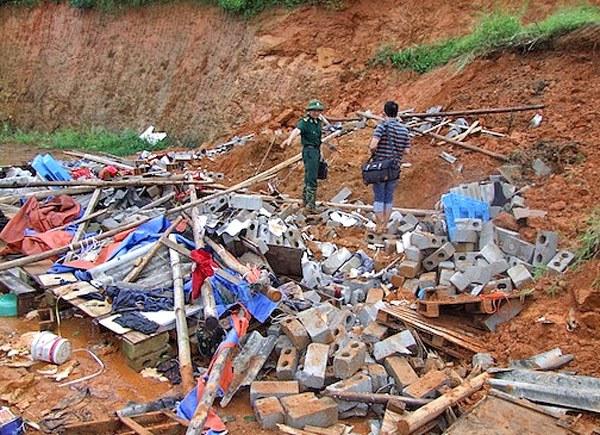 Hiện trường vụ sạt lở đất do mưa lũ khiến 6 người chết tại chỗ và 5 người khác bị thương ở  khu Kéo Kham, thuộc Thị trấn Đồng Đăng, huyện Cao Lộc - Lạng Sơn.