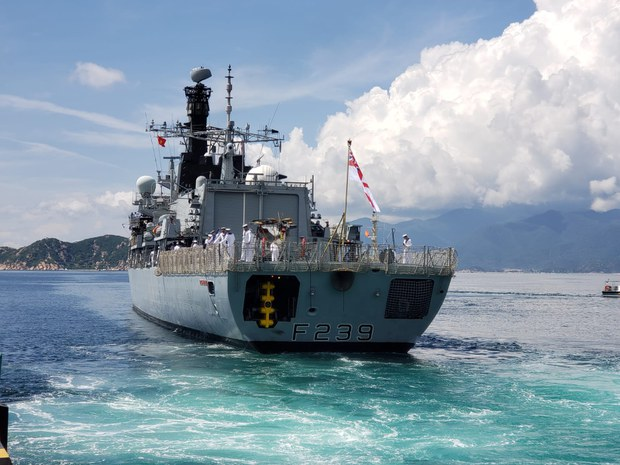 Khinh hạm Anh diễn tập chung với tàu chiến Việt Nam trước khi rời Cam Ranh