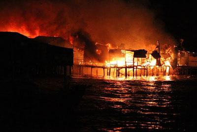 Cháy lớn ở Cồn Nhất Trí, phường Vĩnh Phước, thành phố Nha Trang đêm 17/1/2016.