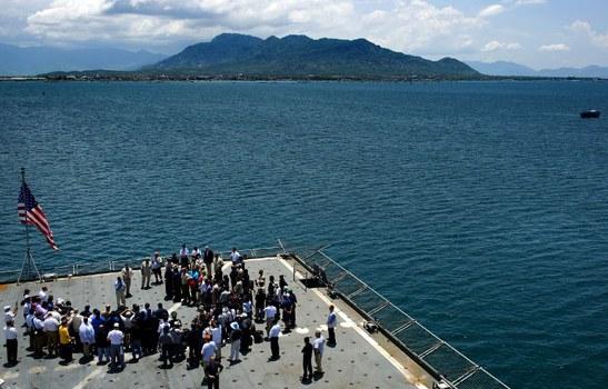 Cựu Bộ trưởng Quốc phòng Mỹ Leon Panetta nói chuyện với các thành viên của tàu USNS Richard E. Byrd khi con tàu thả neo tại vịnh Cam Ranh của Việt Nam hôm 03 tháng 6 năm 2012.