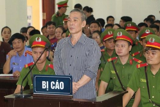 Hình minh hoạ. Nhà hoạt động Lê Đình Lượng trước phiên toà ở Nghệ An hôm 16/8/2018
