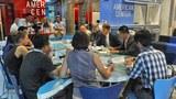 Phụ Tá Ngoại Trưởng Mỹ đặc trách dân chủ, nhân quyền và lao động Tom Malinowski trong buổi họp với báo chí ở Hà Nội ngày 26 tháng 10, 2014