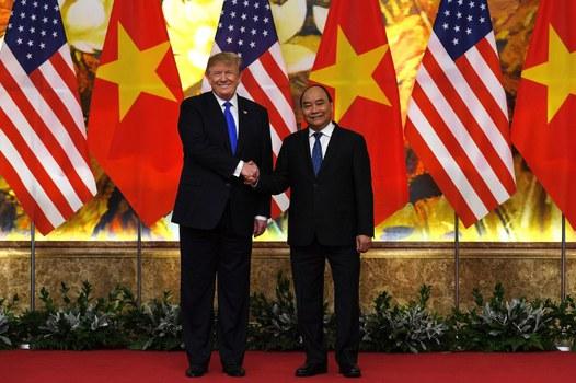 Tổng thống Hoa Kỳ Donald Trump (trái) bắt tay Thủ tướng Nguyễn Xuân Phúc tại nhà khách chính phủ ở Hà Nội hôm 27/2/2019