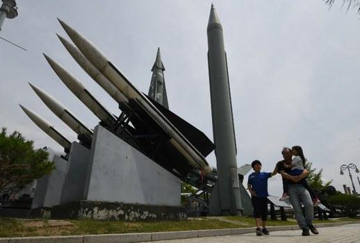 Hình minh họa. Người thăm quan đi qua một chứng tích tên lửa của Bắc và Nam hàn tại Seoul hôm 10/6/2018