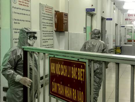 Hình minh họa. Nhân viên y tế vào khu vực cách ly nơi có hai bệnh nhân nhiễm corona virus ở bệnh viện Chợ Rẫy, thành phố Hồ Chí Minh hôm 23/1/2020