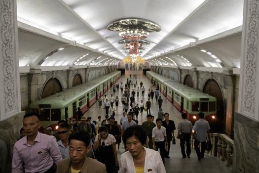 Hình minh họa. Người dân Bắc Hàn đi vào đường xe điện ngầm ở Bình Nhưỡng hôm 6/9/2018