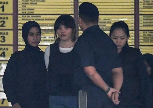 Hình minh họa. Cảnh sát Malaysia dẫn cô Đoàn Thị Hương (thứ hai bên trái) ra tòa ở ngoại ô Kuala Lumpur hoomm 2/10/2017