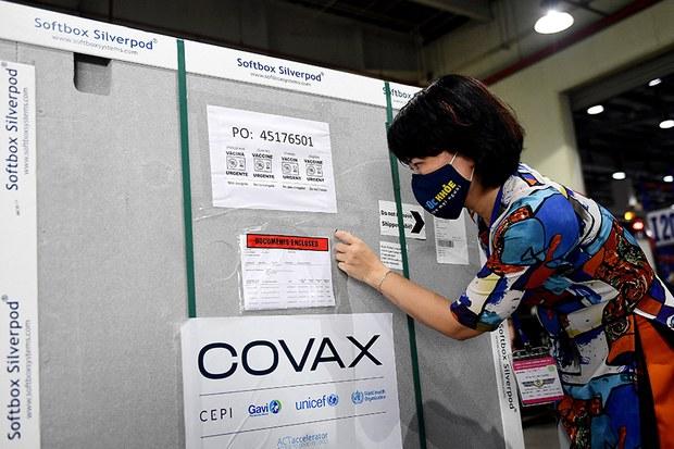 Việt Nam nhận lô vaccine COVID-19 đầu tiên từ chương trình COVAX