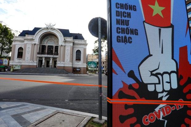 Việt Nam chuyển sang 'sống chung với dịch' từ 'chống dịch như chống giặc'