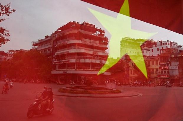 Một người xé quốc kỳ Việt Nam bị khởi tố