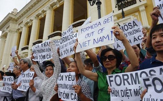 Người dân biểu tình chống tập đoàn Đài Loan Formosa ở trung tâm thành phố Hà Nội vào ngày 01 tháng 5 năm 2016.