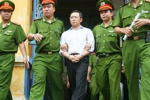 Ông Phạm Minh Hoàng bị dẫn giải sau phiên sơ thẩm ngày 10 tháng 8, 2011.
