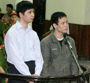 Anh Vũ Đức Trung (T), và anh Lê Văn Thành (P), hai học viên Pháp Luân Công bị truy tố ra Tòa án nhân dân Hà Nội ngày 10 tháng 11, 2011. AFP