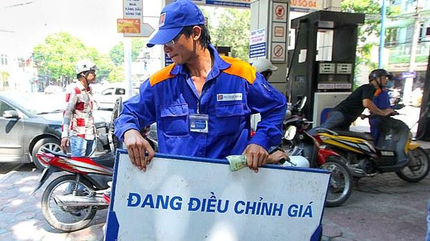 Một trạm xăng đang thay đổi giá