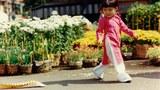Em bé gái vui chơi ở chợ Hoa Tết trên đường Nguyễn Huệ (minh họa)