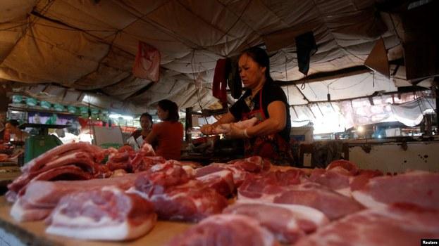 Quầy bán thịt heo trong một chợ ở Hà Nội.